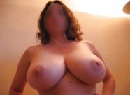 Femme avec une belle poitrine naturelle