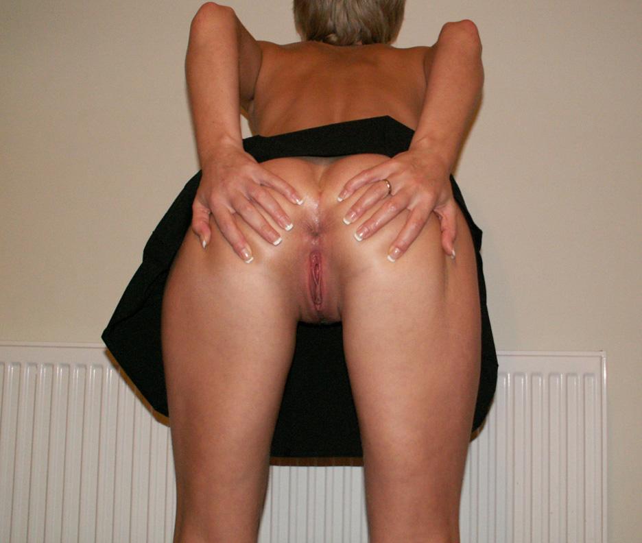 Femme sans tabou écarte ses fesses