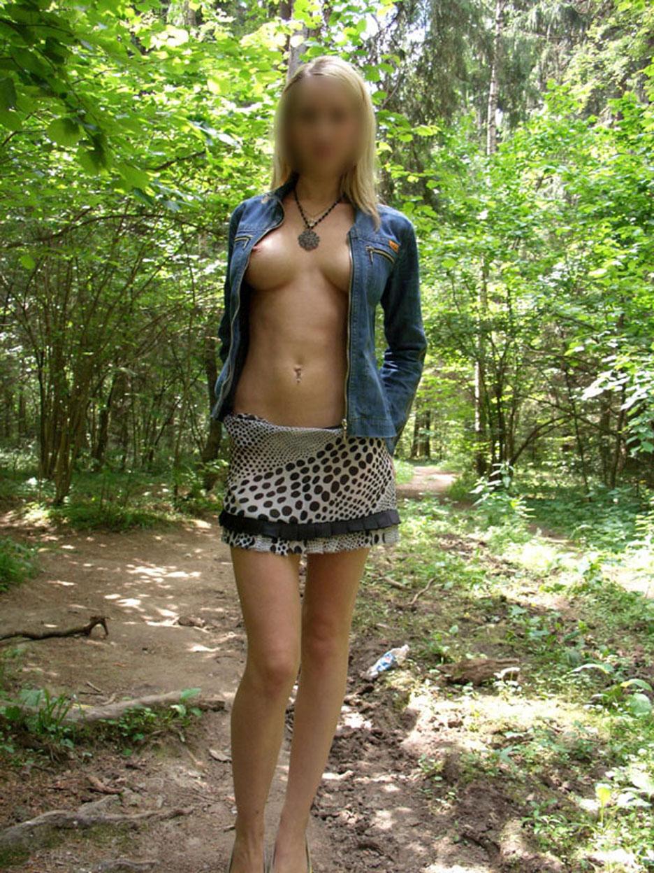 blondinette s'exhibe dans les bois